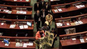 Hongkongin lakiasäätävän neuvoston demokratiaa kannattavia jäseniä poistumassa kokouksesta.