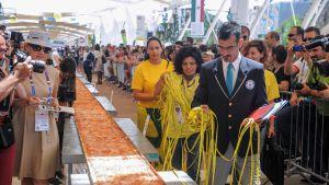 massiivista pizzaa mitataan mittanauhalla