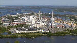 Ilmakuvassa näkyy Billerud Korsnäsin tehdaskompleksi Pietarsaaressa.