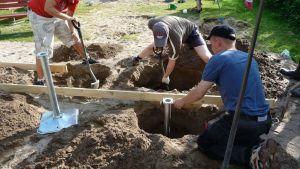 Talkoolaisia kaivamassa kuoppaa.