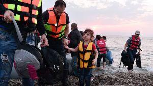 Syyrialaisia pakolaisia nousemassa maihin Lesboksen saarella 18. kesäkuuta.