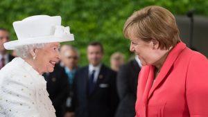 Kuningatar Elisabet ja Saksan liittokansleri Angela Merkel tapasivat Berliinissä keskiviikkona.