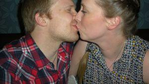 Morsiuspari Tero Huhtala ja Heidi Härmä, Oulu. hääpari häät morsiuspari suudelma