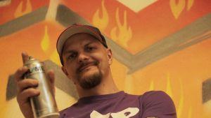 """Pete """"Hende"""" Nieminen on osa kokenutta katutaideryhmää, joka vetää graffitityöpajaa Kemijärvellä."""