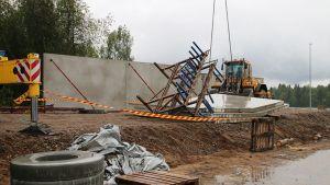 Kaatuneet elementit Rovaniemen Rauhankadun rakennustyömaalla