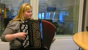 Ella Elomäki soittaa haitaria Yle Satakunnan studiossa