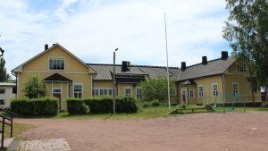 Kotkan Tiutisen koulun keltainen rakennus