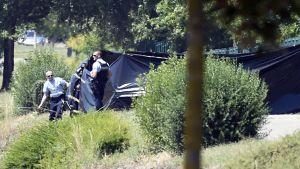 Poliisit partioivat ruumiin löytöpaikan lähellä Saint-Quentin-Fallavierissä, Ranskassa.