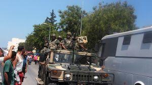 Tunisian turvallisuusjoukot partioivat Soussen kaduilla perjantaina.