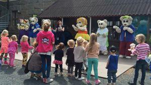 Ti-Ti-nallen perhe tanssii lasten kanssa