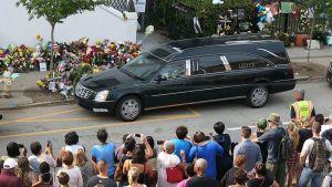 Pastori Clementa Pinckneytä kuljettava ruumisauto Charlestonissa perjantaina.