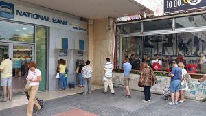 Kreikkalaiset jonottavat pankkiautomaateilla.