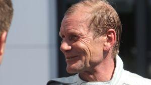 Juha Kankkunen hymyilee.