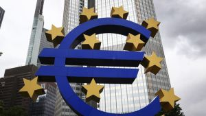 Suurikokoinen euro-logo entisen EKP:n pääkonttorin edessä Frankfurt am Mainissa, Saksassa.