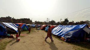 Maanjäristyksestä selvinneitä nepalilaisia Katmandussa 26. kesäkuuta 2015.