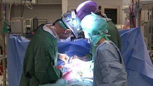 Lapsen sydänleikkaus meneillään Lastenklinikalla.