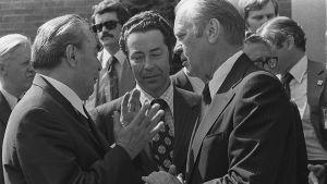Pääsihteeri Leonid Brezhnev ja presidentti Gerald Ford keskustelevat Yhdysvaltojen suurlähetystön portailla.