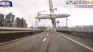 Videokuva näyttää Taiwanilaiskoneen syöksyn sillan ylitse jokeen.