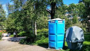 Siirrettävä wc ja pisuaari puistossa Oulussa