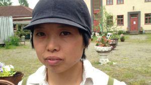 Japanilainen nainen Auttoisten koulun pihalla