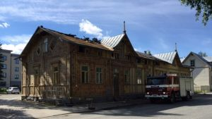 Paloauto naistentalon edustalla