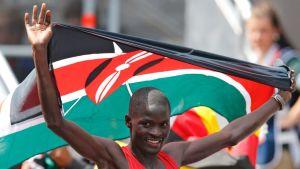 Abel Kirui juhlii Kenian lipun kanssa Lontoon olympialaisissa