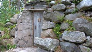 Flinkmanin kellari on on vuorattu ulkopuolelta suurilla kivenlohkareilla, sisäpuoli on tehty harkoista.