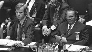 Jugoslavian presidentti Josip Broz Tito kokoussalissa.