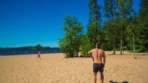 Ihmiset heittävät pesäpalloa Pyynikin uimarannassa.