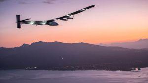 Solar Impulse 2 lähestymässä Kalaeloan lentokenttää O´ahun saarella Havajilla.