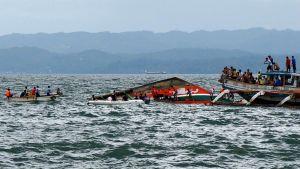 Pelastushenkilöstö etsii onnettomuuden uhreja Filippiineillä Ormocin kaupungin edustalla 2. heinäkuuta 2015.