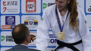 Emilia Kanerva, U18-ikäluokan Euroopan mestari sarjassa 57 kiloa