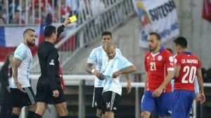 Wilmar Roldan Perez antaa varoituksen Javier Mascheranolle Copa America 2015 finaalissa.