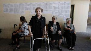 Naiset odottelvat äänestysvuoroaan.