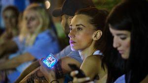 Nuori nainen väkijoukossa.