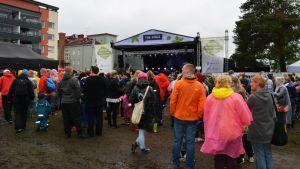 Musiikkijuhlilla yleisöä riitti sateesta ja kurasta huolimatta.