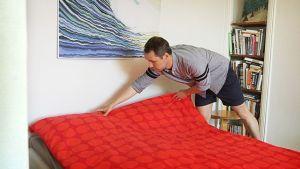 Timo Kero petaa sänkyä.