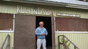Pertt Haukka seisoo Kulhon tanssilavan oviaukossa.