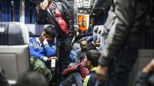 Siirtolaisia junassa Serbian Suboticassa lähellä Unkarin rajaa 28. kesäkuuta 2015.