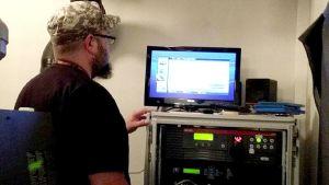 Mies katselee tietokonetta.