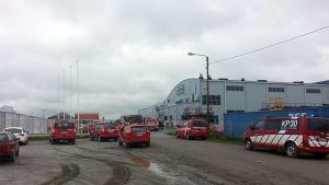 Paloautoja teollisuushallin pihalla