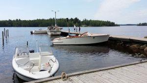 Veneitä laiturissa Luodon-Öjanjärvellä.