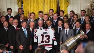 Cicagon mestaruusjoukkue ja Stanley Cup -pokaali vierailulla presidentti Barack Obaman luona Valkoisessa talossa 2013.