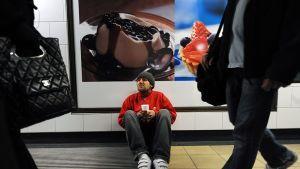Koditon mies kerjää metroasemalla Lontoossa.