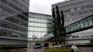 Työntekijä Microsoftin pääkonttorin edustalla Espoossa 8. heinäkuuta 2015.