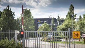 Ohjelmistoyhtiö Microsoftin tehdas Salossa 17. heinäkuuta 2014.