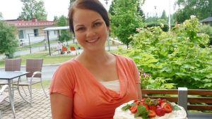 Heidi Harjula esittelee mansikkatäytekakkua
