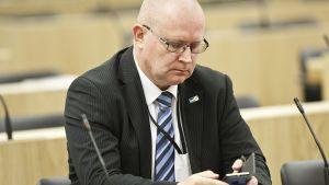 Työ- ja oikeusministeri Jari Lindström eduskunnan täysistunnossa 29. kesäkuuta 2015.