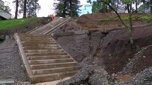 Ruusupuiston uudet portaat on jo valettu.