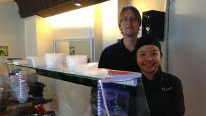 Kannaphat Mahasing ja Sami Torvela pyörittävät omaa ravintolaansa Oulun Tuirassa.
